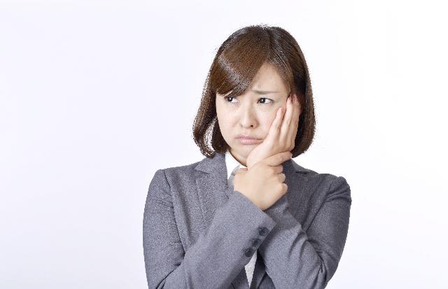 歯に痛みがある女性