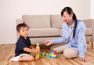おしゃぶりを使用している間にも、声をかけたり一緒に遊んだりして子供と触れ合うようにする