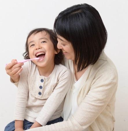 歯磨きを楽しむ親子